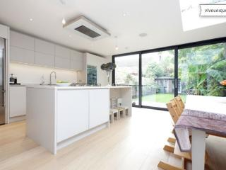 Smart three bed family home, Ashchurch Grove, Chiswick, Londres