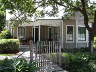 The Guesthouse - My Refuge 2 Bed 2 Bath, Fredericksburg