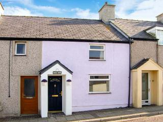 BROC MÔR, terraced cottage, freestanding bath, king-size double bed, garden with furniture, beach 3 mins walk, in Cemaes Bay, Ref 911959