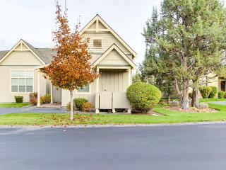 Cozy single-level townhome with hot tub & resort amenities!, Redmond