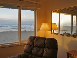 Return of the Jetty - Cozy condo with fireplace!, Lincoln City