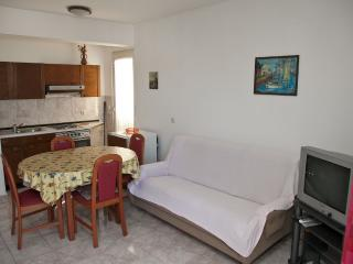 Mimi 5 - Apartment for 4 (2+2) with aircondition, Wi-fi, 30m away from the center and sea, Pag