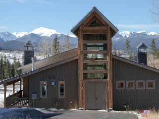 Custom built beautiful 4 bedroom chalet in Rendezvous, Granby