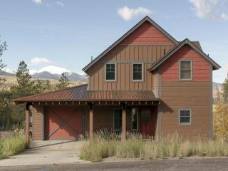 Fantastic 3 bedroom home with views of the Rockies and a hot tub, Granby