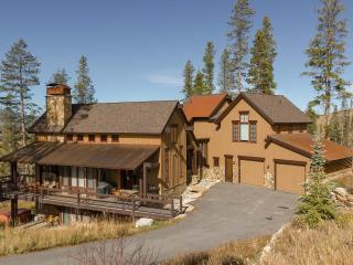 Timberwolf Chalet- A custom built luxury home on large lot with sweeping views of continental divide and WP ski resort, Granby