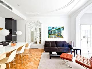 Luxurious Apartment Elosis with Private Terrace - Near All Sights, Barcelona