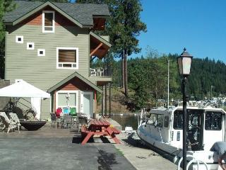 Lake Pend Oreille getaway with a private hot tub & dock!, Sagle