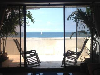 Affordable Beachfront Apartment Near to Old City, Cartagena