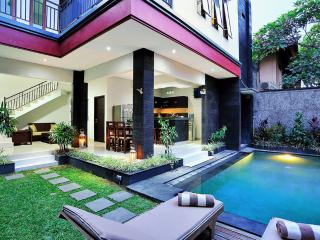 LEGIAN 3 BED, 4 BATH GREAT LOCATION VILLA RAKAS 2, Denpasar
