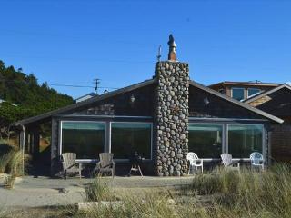 SURF RIDER-CLASSIC BEACH HOME!! -STEPS AWAY FROM THE OCEAN!! NEW DECK!!, Manzanita
