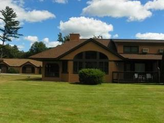 Golf and Ski Vacation Rental close to Loon and Cannon Ski Resorts with indoor pool next door!, Woodstock