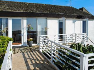 THE WEST WING AT BRYN OWAIN, all ground floor, wheelchair friendly, WiFi, lake views and lakeside access, near Rhosneigr, Ref 918878