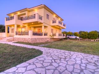 Beautiful Villa close to all amenities and only 800 metres from the sandy beach, Rethymnon