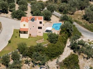 This Villa is in the perfect location, quiet yet only 3 km from from the resort, Rethymnon
