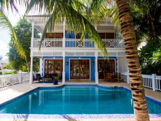 Beautifully Renovated 6 bedroom home on canal, Nassau