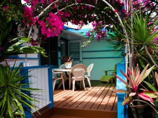 Cottage by the Sea:  lush, tropical garden setting, Waimanalo