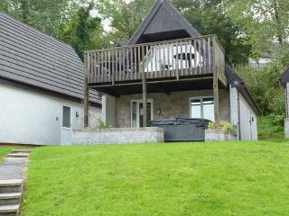 48 VALLEY LODGE, detached, private hot tub, on-site indoor swimming pool, en-suite, pet-friendly cottage near Gunnislake, Ref. 915845