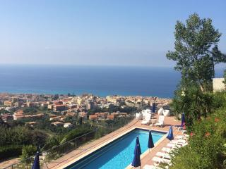 Studio Flat in Holiday Home with panoramic swimming pool and mediterranean garden!, Tropea