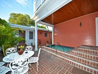 SWEET CAROLINE - 1 Block From Duval! Shared Pool Private Parking!, Key West
