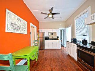 'BANANA SPLIT' Full Kitchen - Pool - Private Parking. 1 Block from Duval St!, Key West
