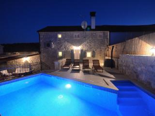 Luxury Istrian Villa, private modern swimming pool, Kanfanar