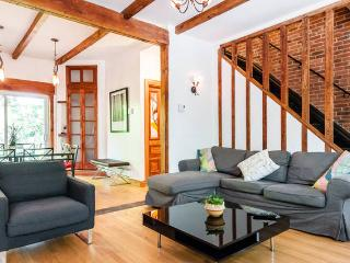 Charming 4 BR cottage near OLD MONTREAL w/ garden!, Montréal