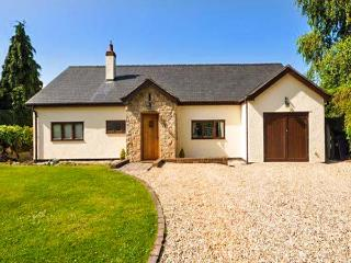 ROSE COTTAGE, detached country cottage with hot tub, en-suite, WiFi, close Denbigh Ref 916114, Llandyrnog