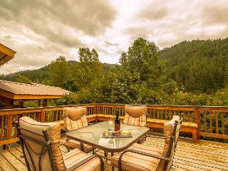 Cottage on the Creek,  private hot tub and deck, 5 miles from Leavenworth.