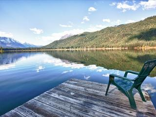 Otter Chalet-Rustic cabin on Fish Lake, private dock, Wi-Fi, 25 min to town, Leavenworth