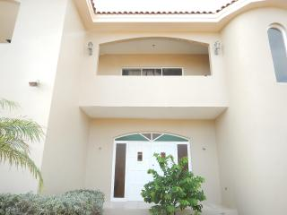 Spaciuse villa Tropicana San Miquel Aruba with Private Pool, Palm/Eagle Beach