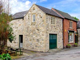 THE ROOST, family friendly, detached character holiday cottage with a garden in Parwich, Ref. 917276