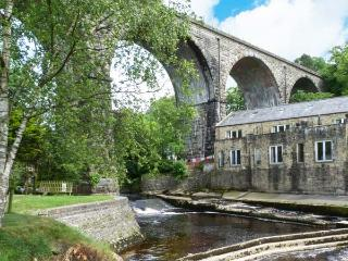 PARK VIEW MILL, mill conversion with two balconies overlooking river, en-suite facilities, WiFi, in Ingleton, Ref. 911704