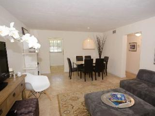 Charming Beach Condo in Key Biscayne! (Sleeps 6)