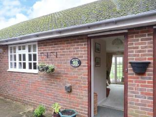 WILLOW COTTAGE, single-storey cottage, rural setting, patio and garden, Bonley Ref 915094, Bolney