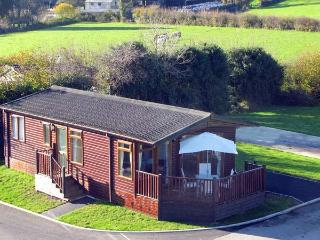 BRONWEN'S DEN, single-storey, detached lodge, pet-friendly, raised decked area, on quiet site in St Teath, Ref 917953, Saint Teath