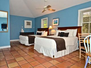 Pelican Suite - Secluded Studio w/ 3 Hot Tubs On Site. Steps to Duval St!, Key West