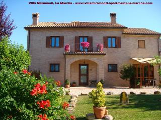 Luxury apartment with lovely pool & mountain views, Servigliano