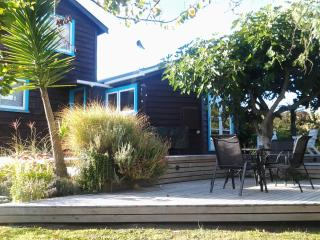 Aroha Cottage not beachfront but oh so close !!, Nelson