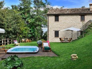 Marcheholiday Barchetta, Cosy Cottage with Pool, Monte san Martino