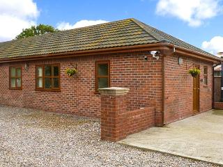 SYCAMORE COTTAGE, all ground floor, hot tub, great for walking, near York, Ref 916747, Strensall