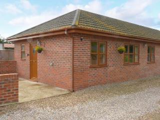 WILLOW COTTAGE, all ground floor cottage with hot tub, good touring base for coast and National Park, near York, Ref 916748, Strensall