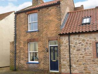 RASPBERRY COTTAGE, WiFi, pet-friendly cottage near beach and centre of Hornsea, Ref. 918736