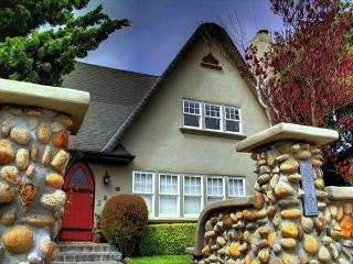 3344 The Gingerbread House Guest ~ Plush Beds, Full Kitchen, Walk to Downtown, Pacific Grove