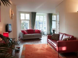 Amsterdam canal view apartment in the historic cen