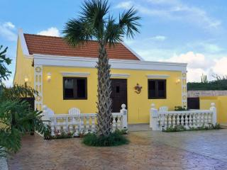 Yellow Cunucu Villa with Pool, Oranjestad