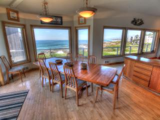 Ocean Front Luxury Home with Hot Tub!, Yachats