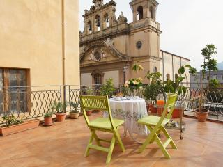 Apartment in old town with terrace and fireplace, Palermo