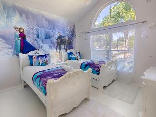 Magical Pool Villa - 4 Miles to Disney!, Kissimmee