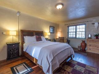 Casita Bonita - Luxury studio just a short walk to the Plaza and Canyon Rd, Santa Fe