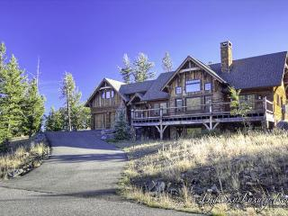 Privacy & Stunning Mountain Views: Gorgeous 4+BD Lodge w/Hot Tub & Game Room!, Big Sky